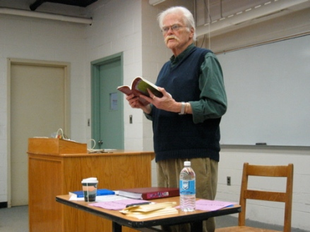 Poet Robert Kelly visits with students in the UMaine Honors College